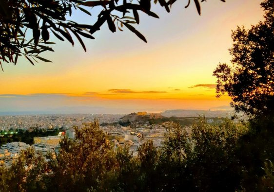 Widok ze wzgórza Likawitos na Ateny i Akropol